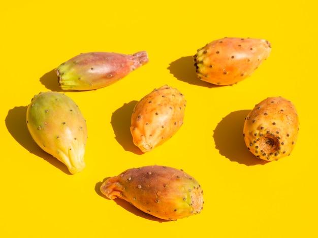 Composizione nell'angolo alto con le verdure e il fondo giallo