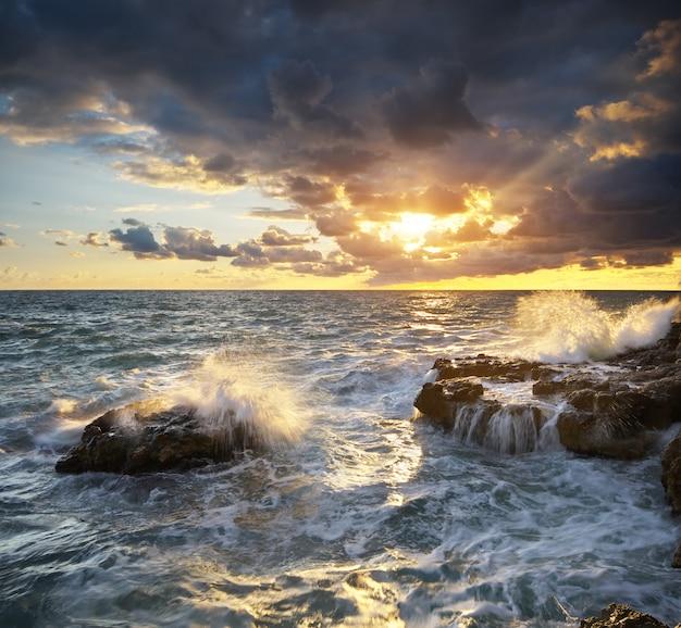 Composizione nella natura di vista sul mare della tempesta