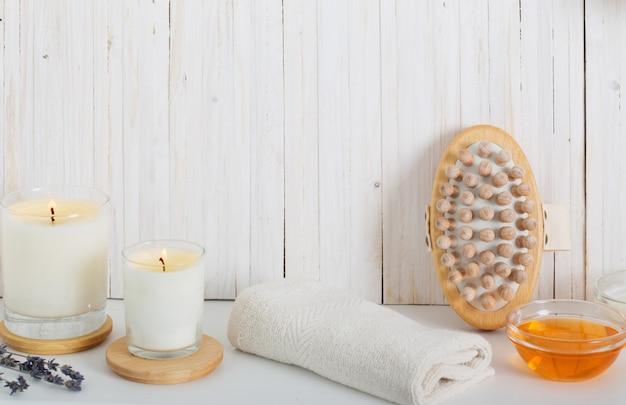 Composizione nella stazione termale su fondo di legno bianco
