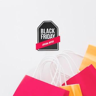 Composizione nera del venerdì con etichetta e borse della spesa