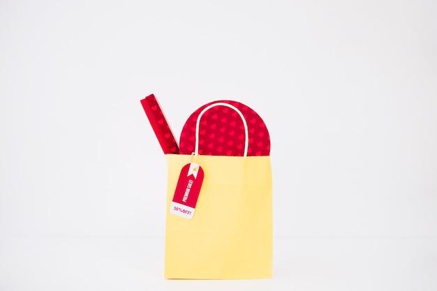 Composizione nera di venerdì con borsa gialla