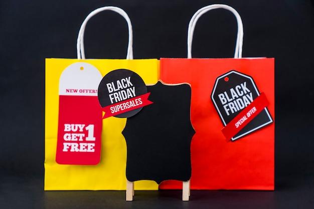 Composizione nera friday con borsa rossa e gialla