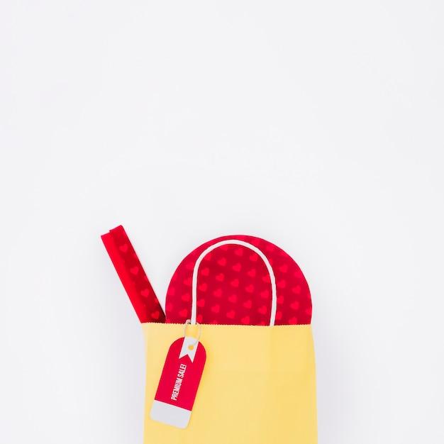 Composizione nero friday con tag sulla borsa della spesa gialla