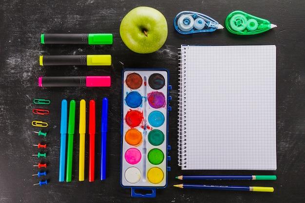 Composizione ordinata dei materiali scolastici
