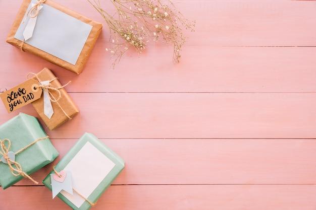 Composizione per il giorno di padri su struttura in legno rosa
