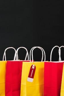 Composizione per il venerdì nero con sacchetti gialli e rossi