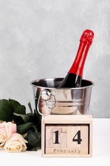 Composizione per la cena di san valentino sul tavolo con scritte in legno