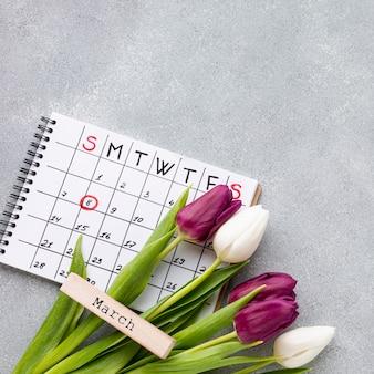 Composizione piana in concetto del giorno delle donne laiche con il calendario