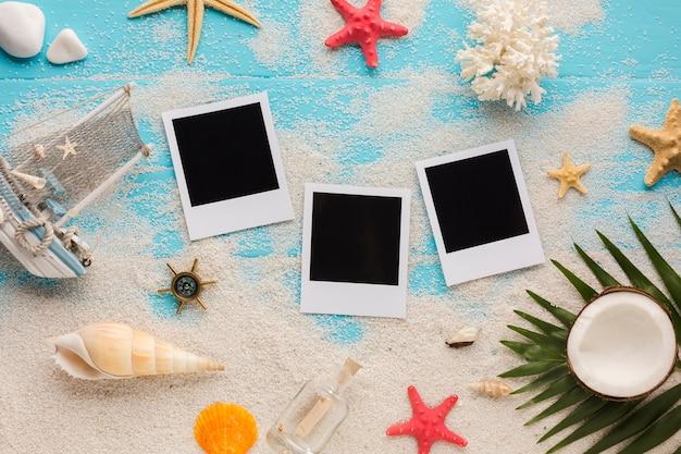 Composizione piatta balneare con foto polaroid