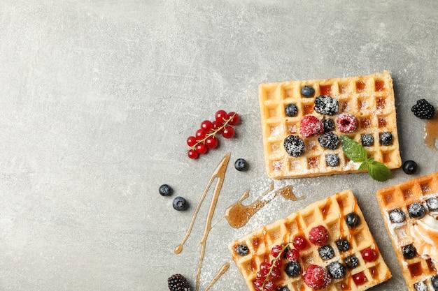 Composizione piatta con dolci cialde belghe