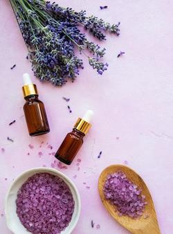 Composizione piatta con fiori di lavanda e cosmetici naturali