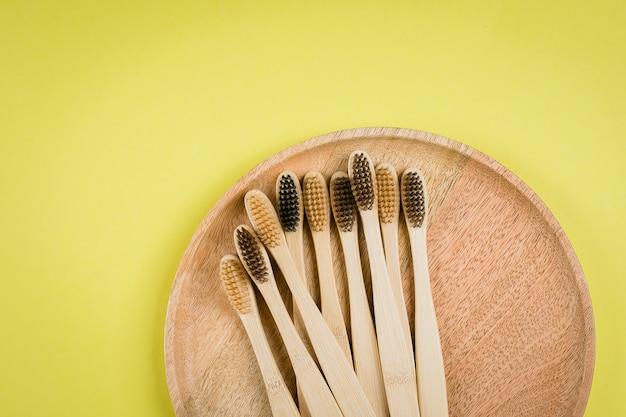 Composizione piatta con spazzolini da denti in bambù