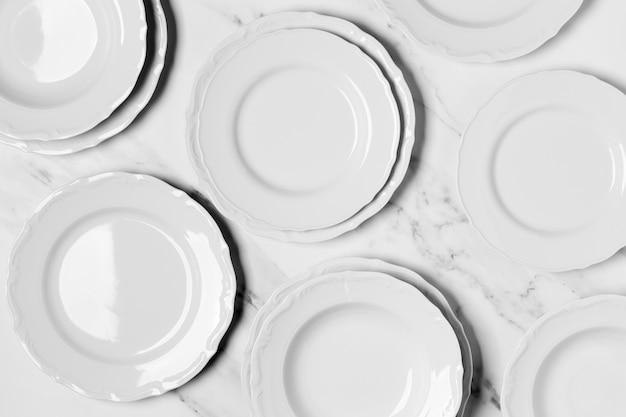 Composizione piatta di piatti bianchi