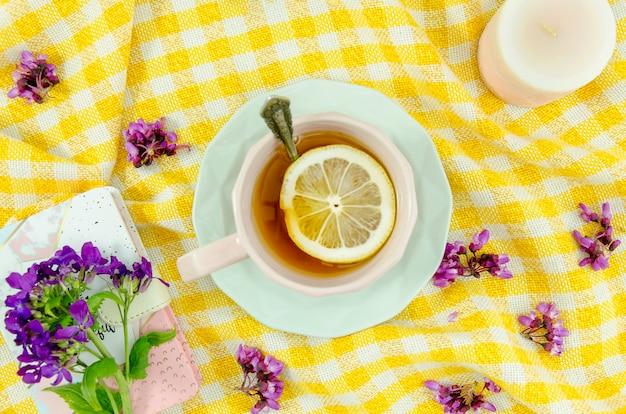 Composizione piatta di tè con fiori