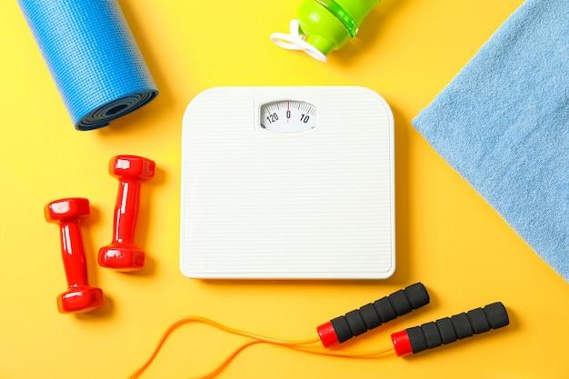 Composizione piatta laica con accessori di stile di vita sano su sfondo colorato