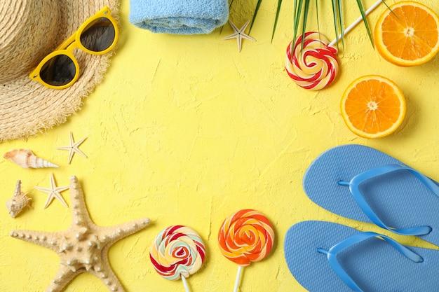 Composizione piatta laica con accessori per le vacanze estive su sfondo colorato, spazio per il testo e vista dall'alto. buone vacanze