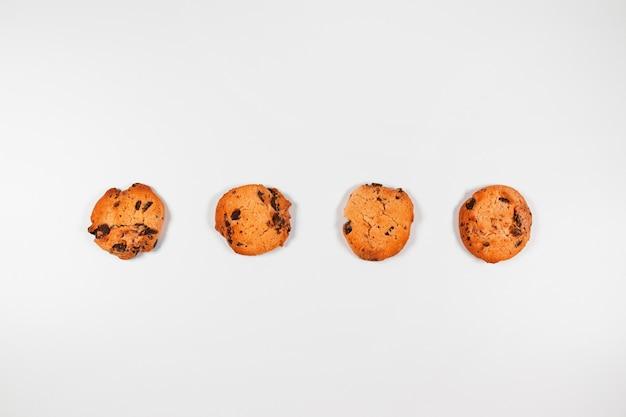 Composizione piatta laica con gustosi biscotti con cioccolato su uno sfondo grigio con spazio di copia