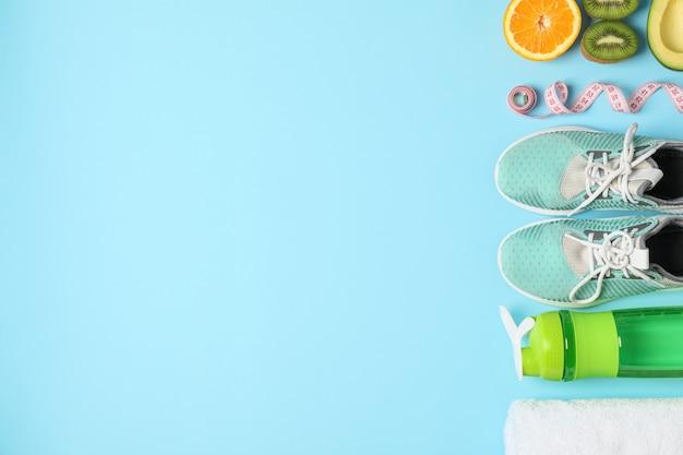 Composizione piatta laica con perdita pesa accessori su sfondo colorato
