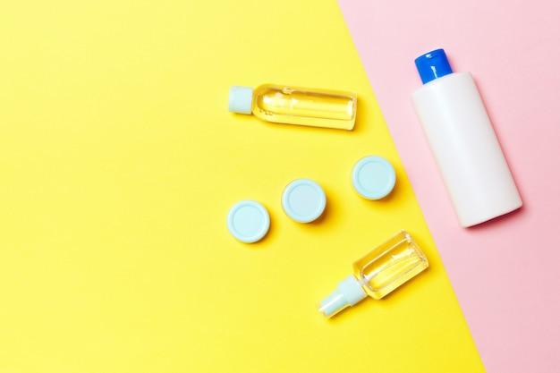 Composizione piatta laica con prodotti cosmetici su giallo