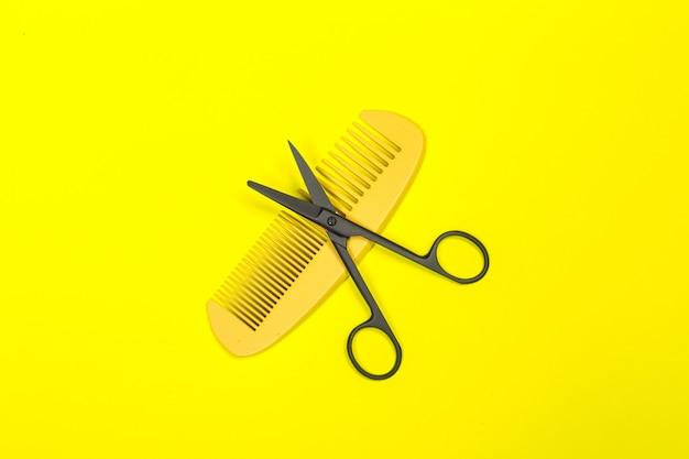 Composizione piatta laica con strumenti professionali per parrucchieri sul colore
