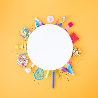 Composizione piatta laica di diversi oggetti di compleanno in cerchio