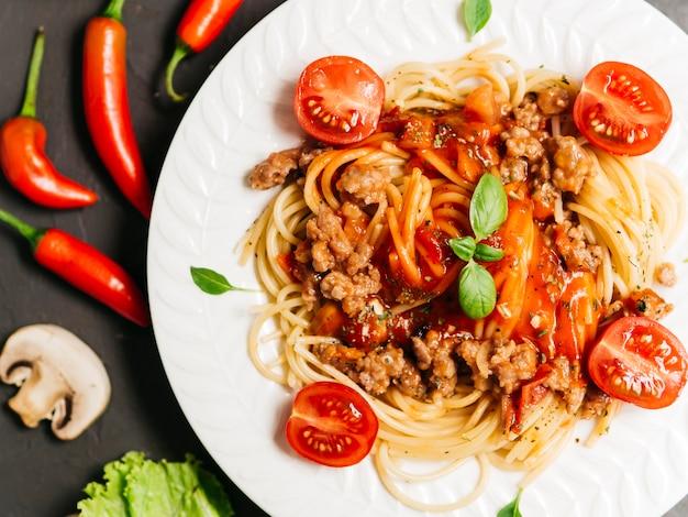Composizione piatta laica di pasta bolognesa