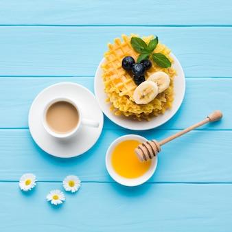 Composizione piatta laica di un gustoso tavolo per la colazione