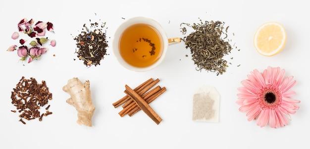 Composizione piatta laici di foglie di tè