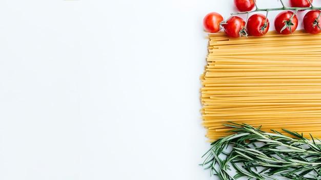 Composizione piatta laici di pasta con copyspace
