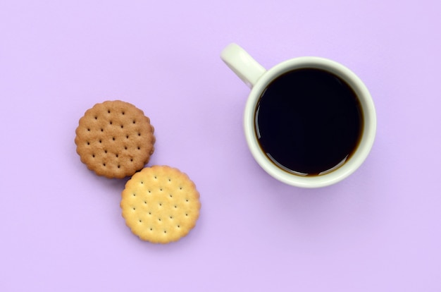 Composizione piatta per la pausa caffè con biscotti sandwich