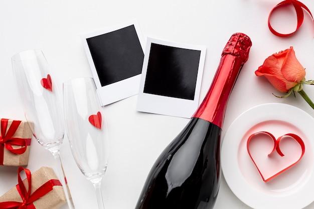 Composizione piatta per san valentino con champagne e bicchieri