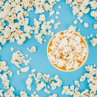 Composizione piatta popcorn laici per il concetto di cinema