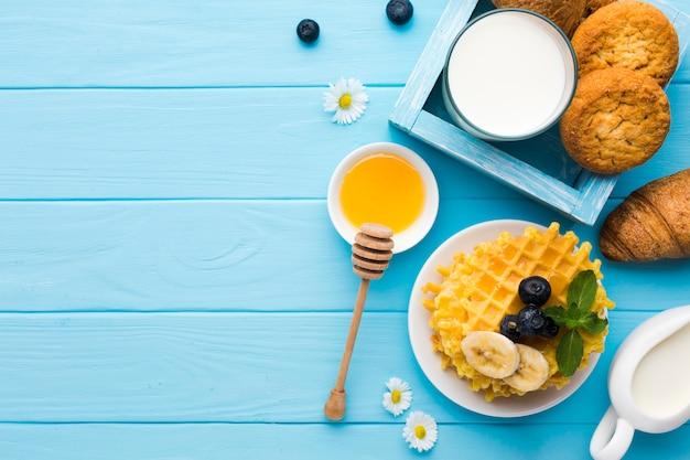 Composizione piatto colazione laica con copyspace