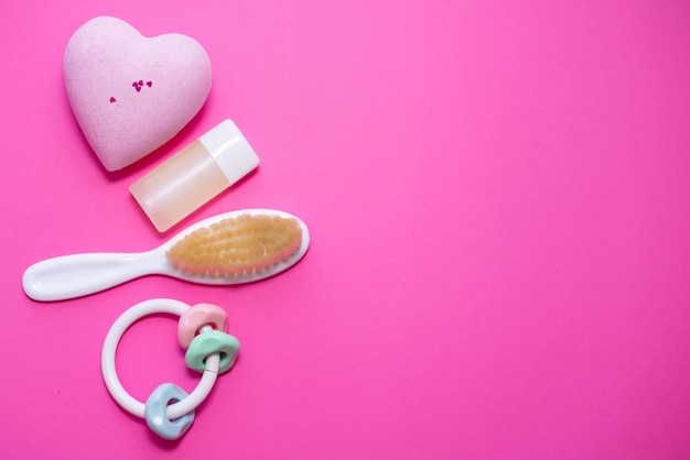 Composizione piatto laici con accessori per bambini e spazio per il testo su sfondo rosa