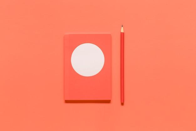 Composizione rosa con strumenti di office su superficie colorata