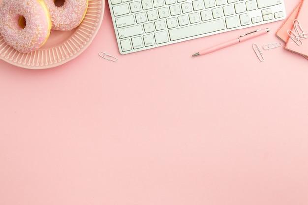 Composizione rosa sul posto di lavoro con lo spazio della copia