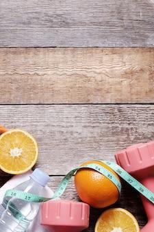 Composizione sana con frutta e acqua