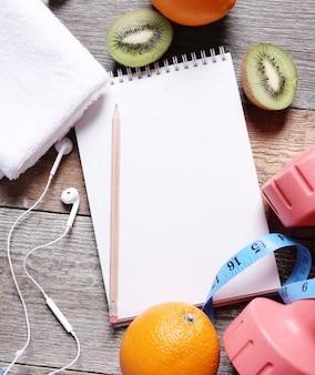Composizione sana con frutta e taccuino