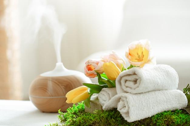Composizione spa con aromaterapia e articoli per la cura del corpo.