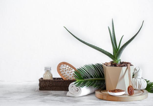 Composizione spa con articoli per la cura del corpo sulla luce. un luogo per il testo, un concetto di bellezza e cura del corpo.