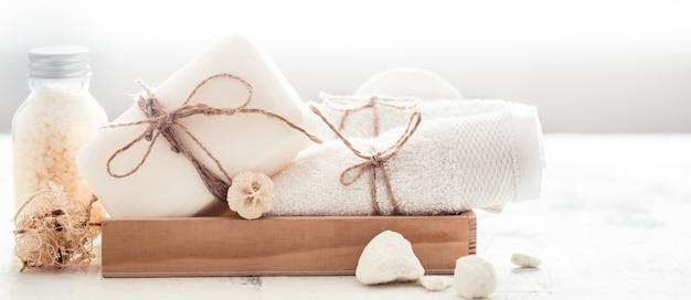 Composizione spa con asciugamani e sapone