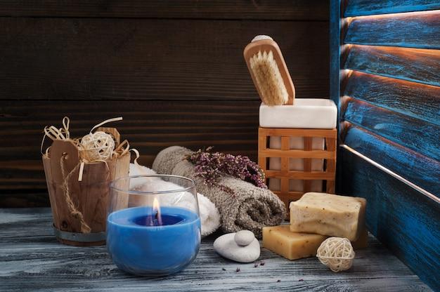 Composizione spa con asciugamani, pennello e candela accesa