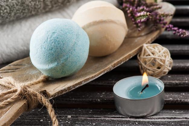 Composizione spa con bombe da bagno alla vaniglia blu, fiori di erica