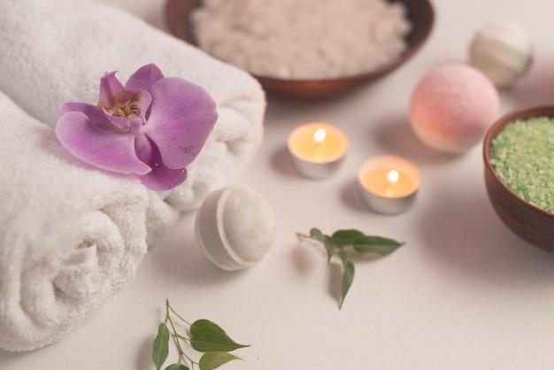 Composizione spa con bombe da bagno e candele accese