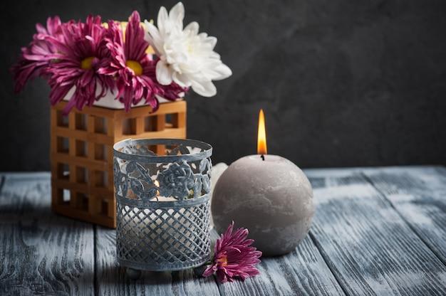 Composizione spa con candele accese
