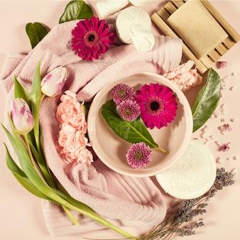 Composizione spa con fiori e asciugamano. disteso