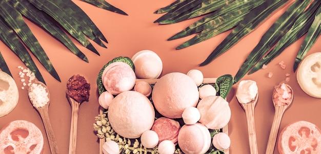 Composizione spa con gli articoli cura del corpo sul tavolo colorato