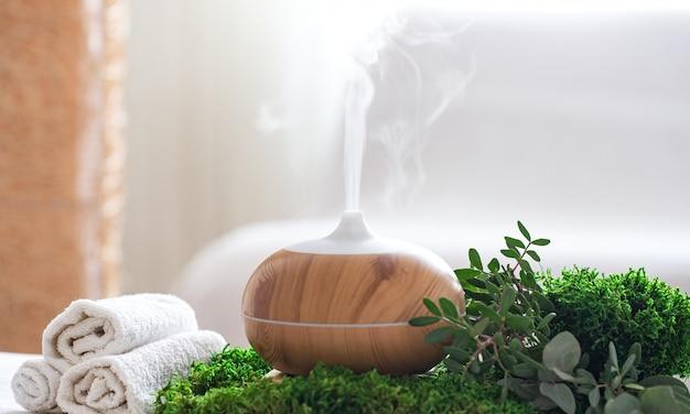 Composizione spa con l'aroma di un moderno diffusore d'olio con prodotti per la cura del corpo