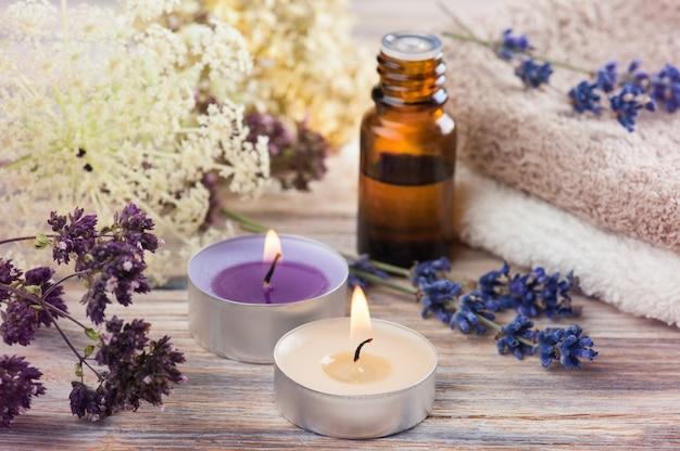 Composizione spa con olio essenziale e asciugamani