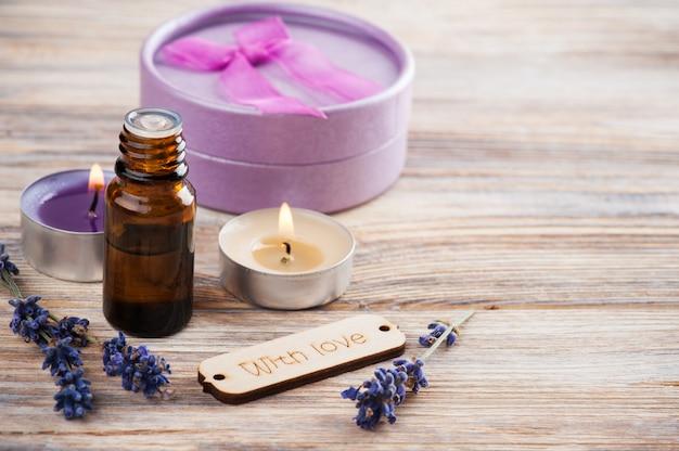 Composizione spa con olio essenziale, fiori di lavanda